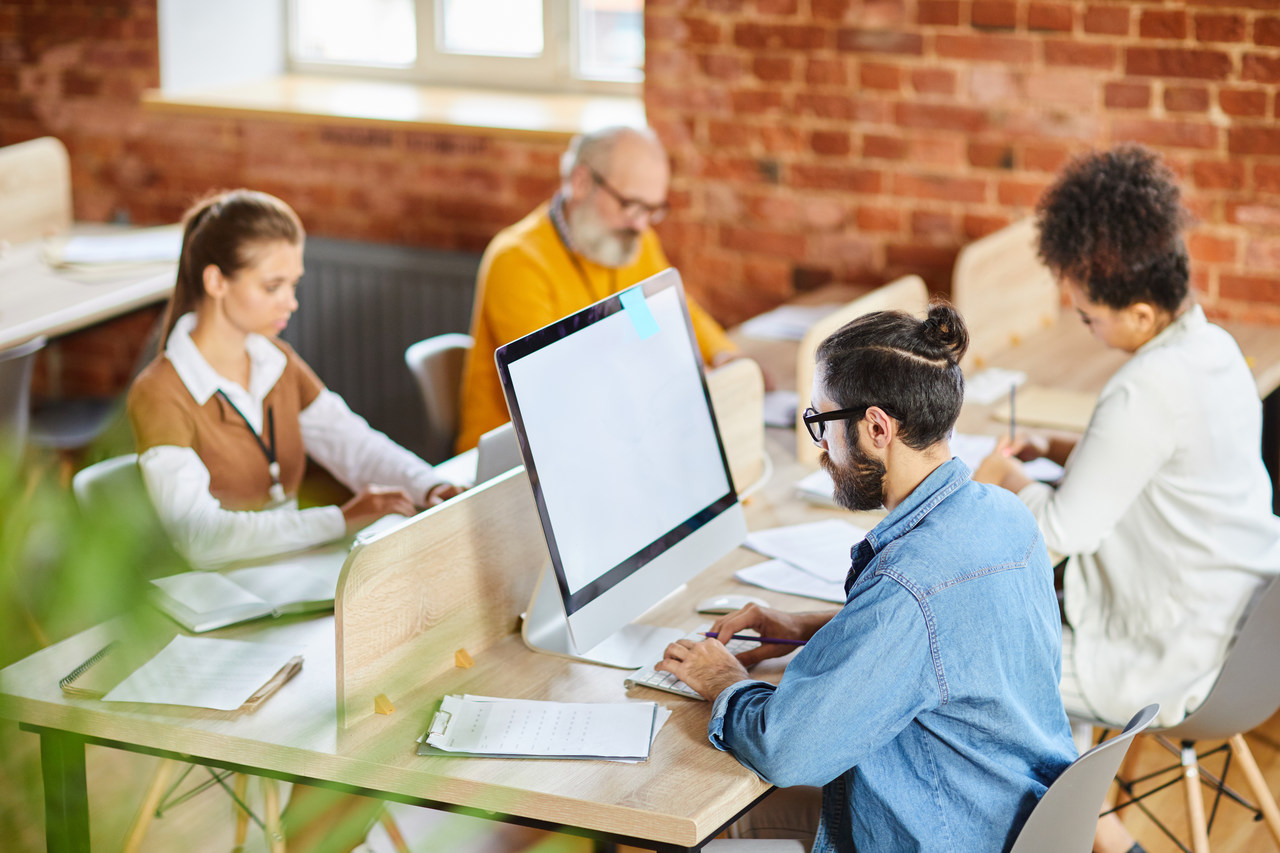 how to benefit from inbound marketing 4 people are sitting on their chairs and working on the same table working on inbound marketing